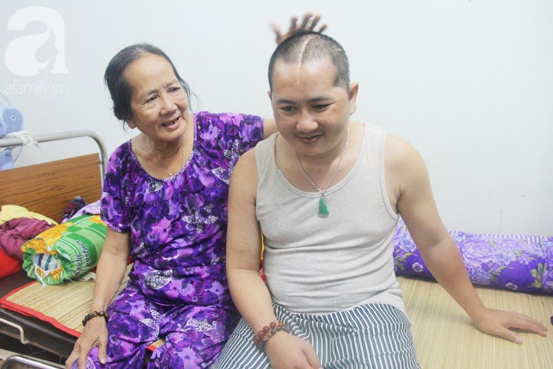 Phép màu đến với người mẹ già còng lưng, dìu con trai méo đầu đến bệnh viện mà không đủ tiền chữa trị - Ảnh 5.