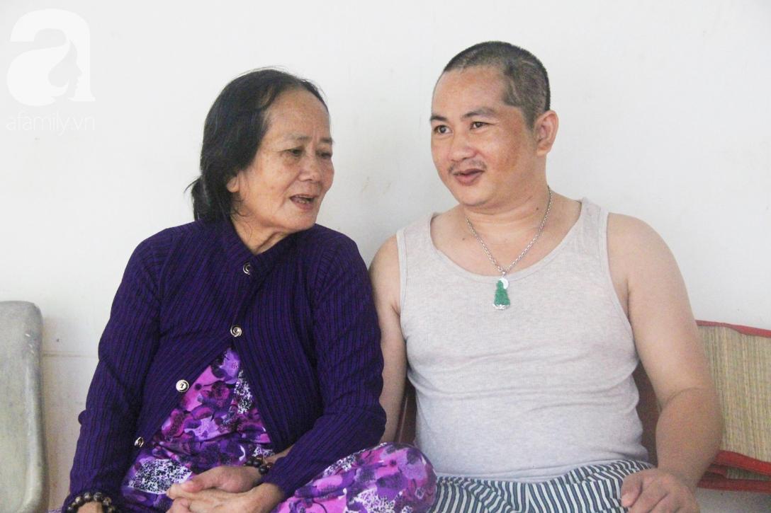 Phép màu đến với người mẹ già còng lưng, dìu con trai méo đầu đến bệnh viện mà không đủ tiền chữa trị - Ảnh 10.