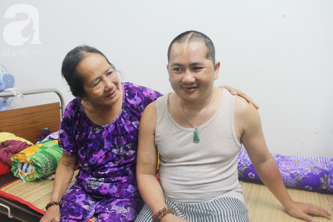 Phép màu đến với người mẹ già còng lưng, dìu con trai méo đầu đến bệnh viện mà không đủ tiền chữa trị - Ảnh 12.