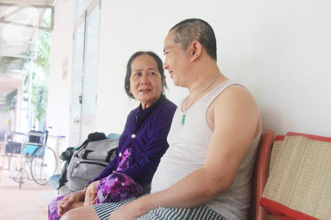 Phép màu đến với người mẹ già còng lưng, dìu con trai méo đầu đến bệnh viện mà không đủ tiền chữa trị - Ảnh 3.