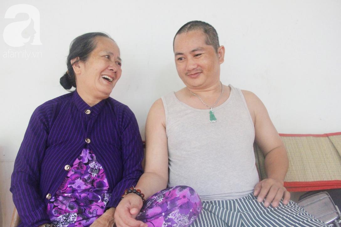 Phép màu đến với người mẹ già còng lưng, dìu con trai méo đầu đến bệnh viện mà không đủ tiền chữa trị - Ảnh 1.