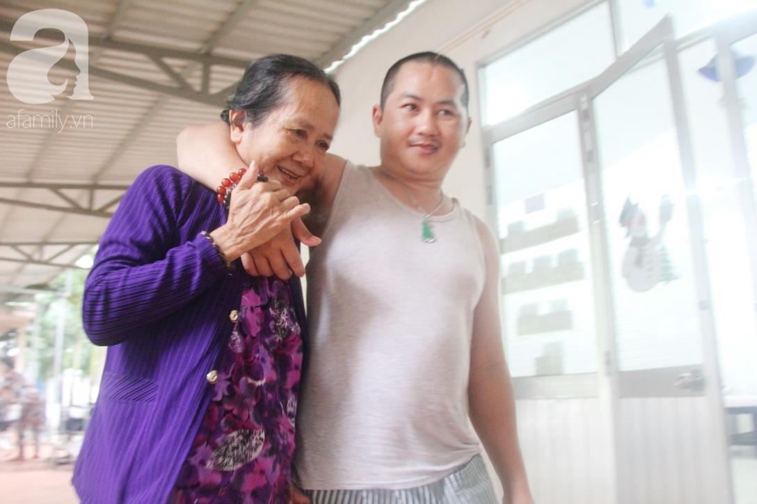 Phép màu đến với người mẹ già còng lưng, dìu con trai méo đầu đến bệnh viện mà không đủ tiền chữa trị - Ảnh 4.