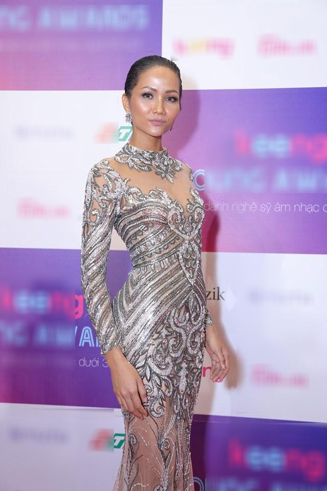 Tân Hoa hậu Hhen Nie nhìn thô cứng như rô bốt chỉ vì kiểu tóc phản chủ - Ảnh 2.