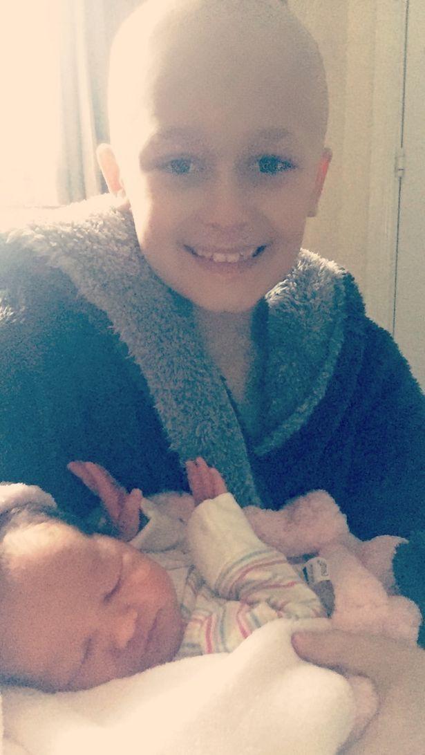 Cậu bé ung thư chiến đấu giành giật sự sống từng ngày để kịp gặp mặt em gái mới sinh trước khi qua đời - Ảnh 5.