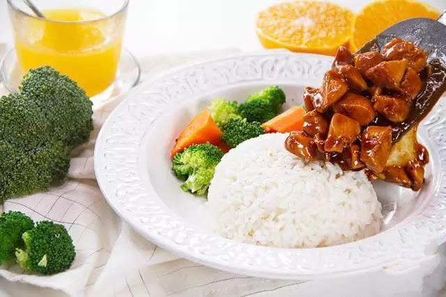 Bữa trưa văn phòng chỉ cần một đĩa cơm gà thế này cũng đủ no bụng - Ảnh 5.