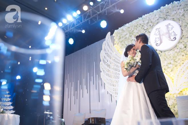 Đám cưới có 1-0-2 sang chảnh hết nấc: Sân khấu lộng lẫy, khách mời đa quốc gia, hoa tươi nhập khẩu tinh tế - Ảnh 4.