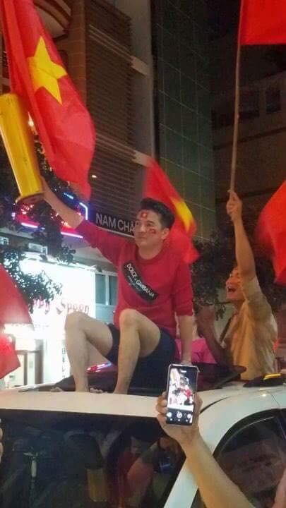 Sao Việt và muôn kiểu lên đồ đi bão sau chiến thắng của U23 Việt Nam - Ảnh 8.