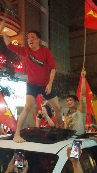 Sao Việt và muôn kiểu lên đồ đi bão sau chiến thắng của U23 Việt Nam - Ảnh 9.
