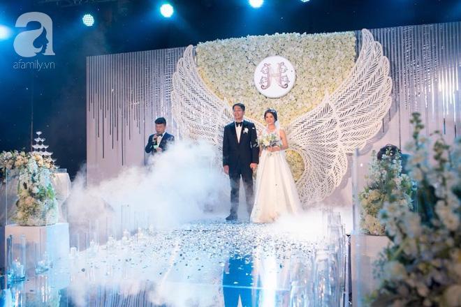 Đám cưới có 1-0-2 sang chảnh hết nấc: Sân khấu lộng lẫy, khách mời đa quốc gia, hoa tươi nhập khẩu tinh tế - Ảnh 20.