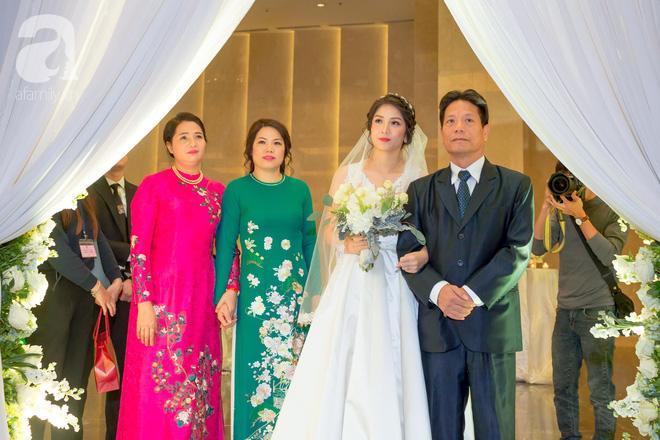Đám cưới có 1-0-2 sang chảnh hết nấc: Sân khấu lộng lẫy, khách mời đa quốc gia, hoa tươi nhập khẩu tinh tế - Ảnh 16.
