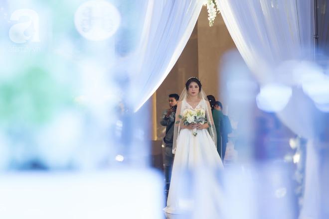 Đám cưới có 1-0-2 sang chảnh hết nấc: Sân khấu lộng lẫy, khách mời đa quốc gia, hoa tươi nhập khẩu tinh tế - Ảnh 15.