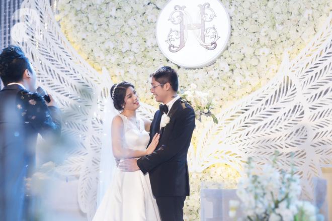 Đám cưới có 1-0-2 sang chảnh hết nấc: Sân khấu lộng lẫy, khách mời đa quốc gia, hoa tươi nhập khẩu tinh tế - Ảnh 5.