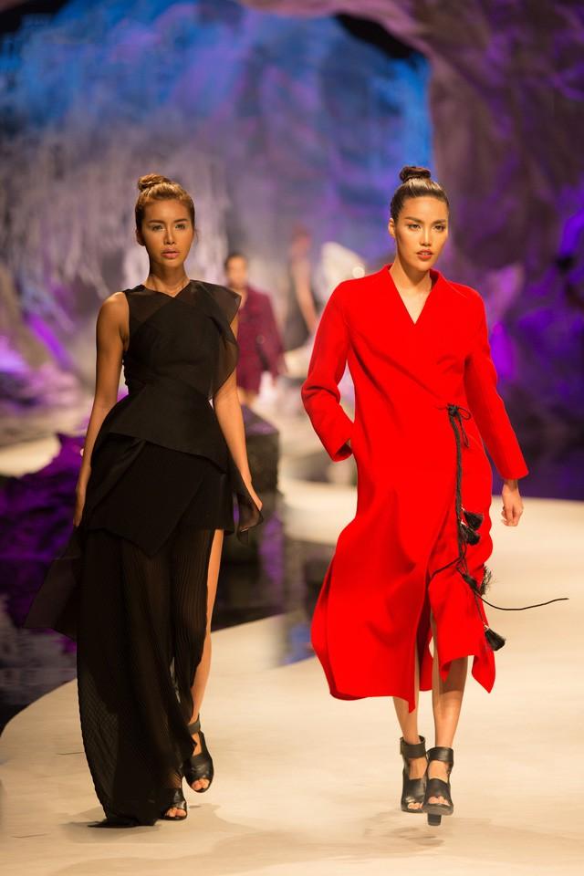 Đừng chỉ quan tâm đến thị phi, mà quên rằng Lan Khuê cũng là một người mẫu có những bước catwalk thần xầu khó ai sánh bằng - Ảnh 2.