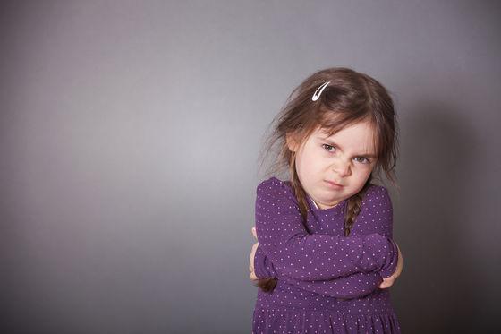 Trẻ hay mè nheo, khóc lóc, ăn vạ đôi khi là do cha mẹ đã mắc phải cách ứng xử sai lầm này - Ảnh 2.