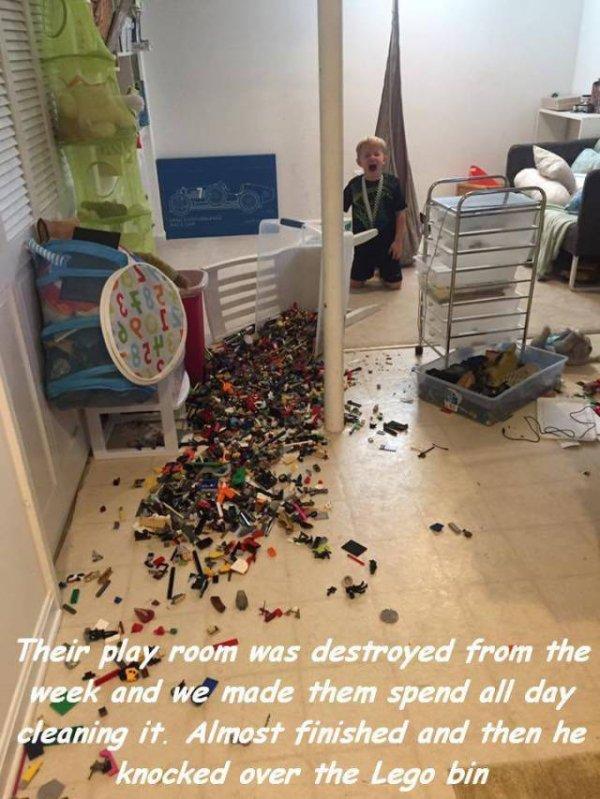 Cười vỡ bụng với bãi chiến trường của trẻ khi được bố mẹ để cho tự chơi - Ảnh 10.