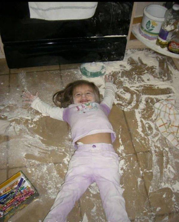 Cười vỡ bụng với bãi chiến trường của trẻ khi được bố mẹ để cho tự chơi - Ảnh 21.
