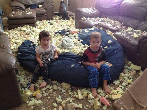 Cười vỡ bụng với bãi chiến trường của trẻ khi được bố mẹ để cho tự chơi - Ảnh 24.