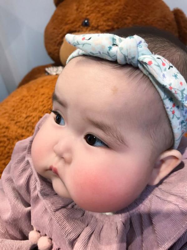 Em bé Hà Nội xinh như búp bê với đôi má bánh bao ai nhìn cũng muốn… cắn - Ảnh 1.