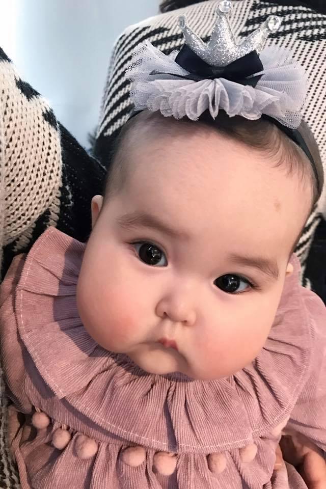 Em bé Hà Nội xinh như búp bê với đôi má bánh bao ai nhìn cũng muốn… cắn - Ảnh 4.
