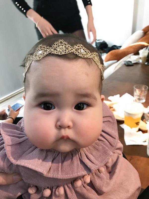 Em bé Hà Nội xinh như búp bê với đôi má bánh bao ai nhìn cũng muốn… cắn - Ảnh 6.