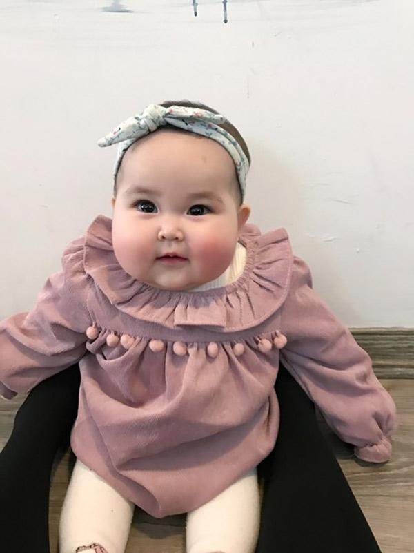 Em bé Hà Nội xinh như búp bê với đôi má bánh bao ai nhìn cũng muốn… cắn - Ảnh 9.