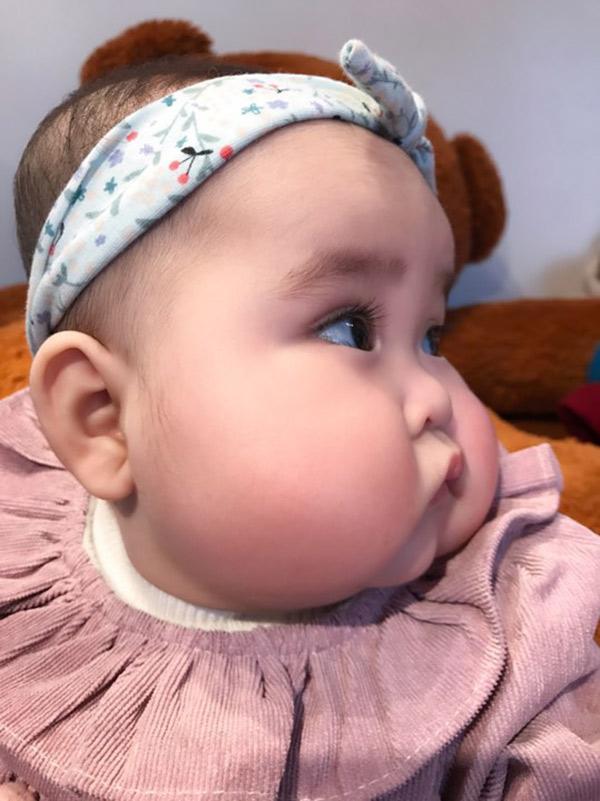 Em bé Hà Nội xinh như búp bê với đôi má bánh bao ai nhìn cũng muốn… cắn - Ảnh 11.