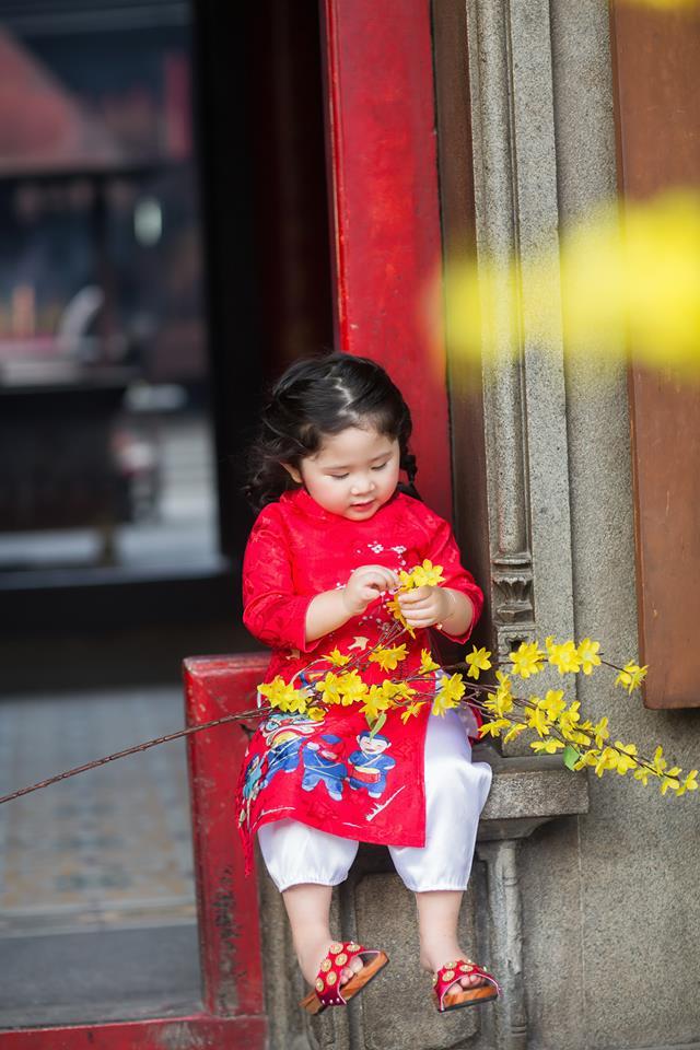 Ngắm Cô Ba Sài Gòn nhí xúng xính áo dài, guốc mộc lên chùa cầu an đầu xuân - Ảnh 2.