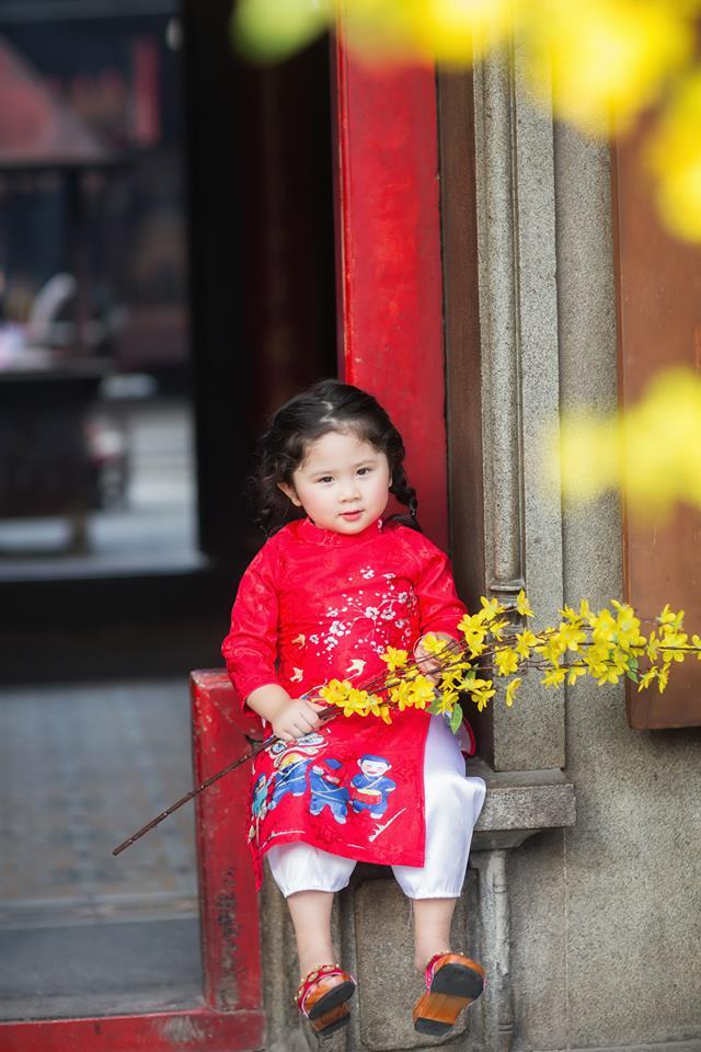 Ngắm Cô Ba Sài Gòn nhí xúng xính áo dài, guốc mộc lên chùa cầu an đầu xuân - Ảnh 3.