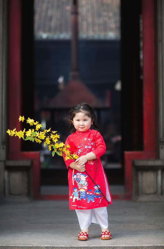 Ngắm Cô Ba Sài Gòn nhí xúng xính áo dài, guốc mộc lên chùa cầu an đầu xuân - Ảnh 4.
