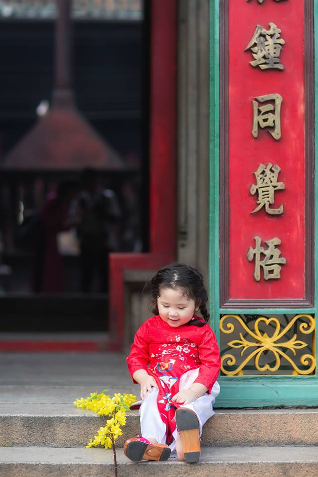 Ngắm Cô Ba Sài Gòn nhí xúng xính áo dài, guốc mộc lên chùa cầu an đầu xuân - Ảnh 5.