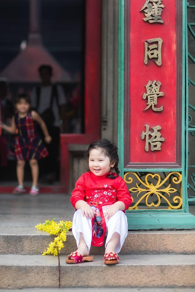 Ngắm Cô Ba Sài Gòn nhí xúng xính áo dài, guốc mộc lên chùa cầu an đầu xuân - Ảnh 6.