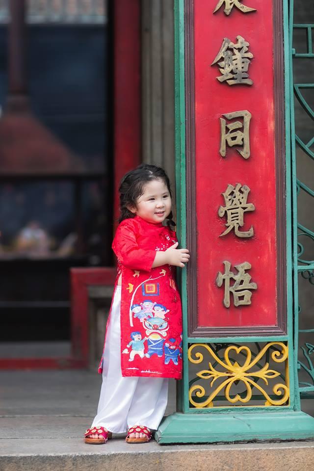 Ngắm Cô Ba Sài Gòn nhí xúng xính áo dài, guốc mộc lên chùa cầu an đầu xuân - Ảnh 7.