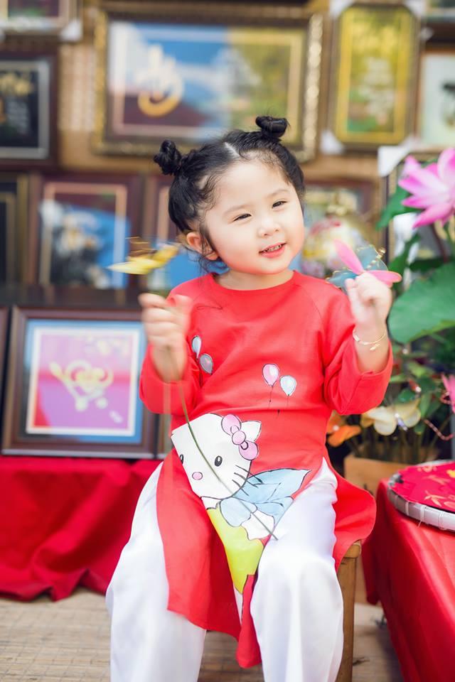 Ngắm Cô Ba Sài Gòn nhí xúng xính áo dài, guốc mộc lên chùa cầu an đầu xuân - Ảnh 9.