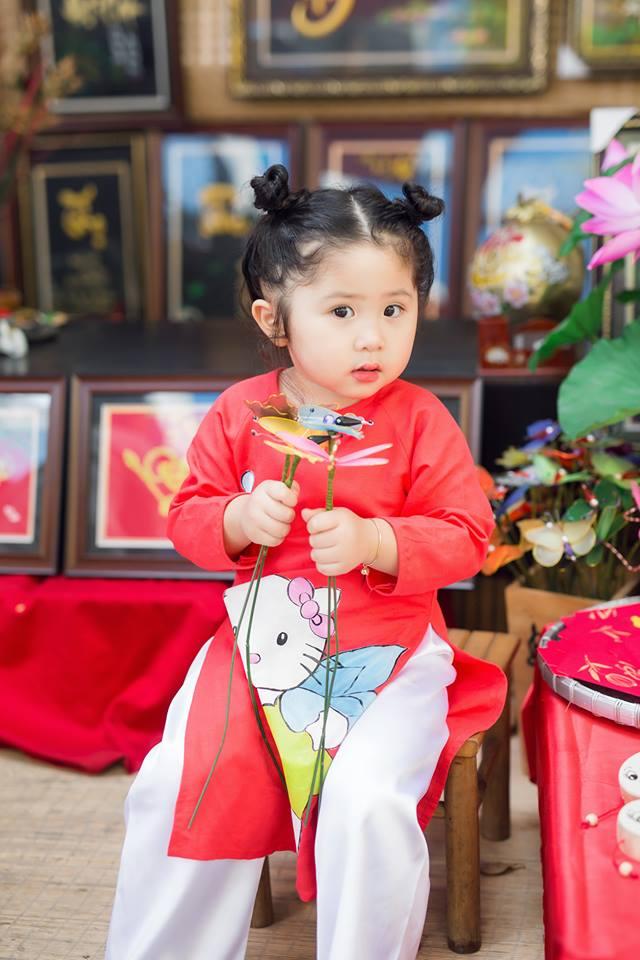 Ngắm Cô Ba Sài Gòn nhí xúng xính áo dài, guốc mộc lên chùa cầu an đầu xuân - Ảnh 15.