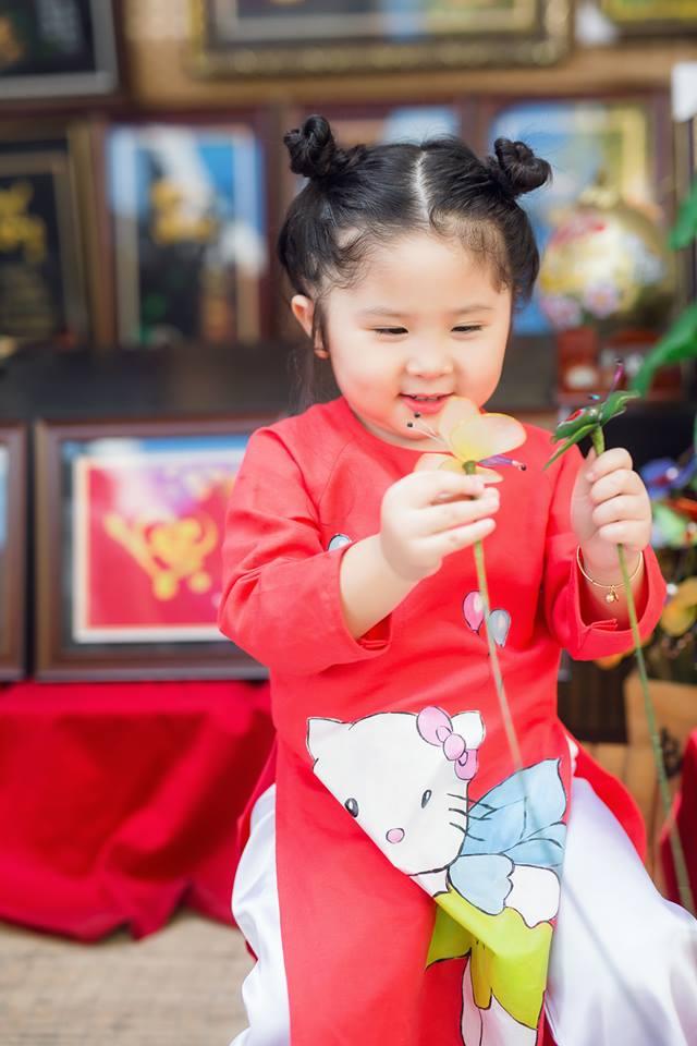 Ngắm Cô Ba Sài Gòn nhí xúng xính áo dài, guốc mộc lên chùa cầu an đầu xuân - Ảnh 17.