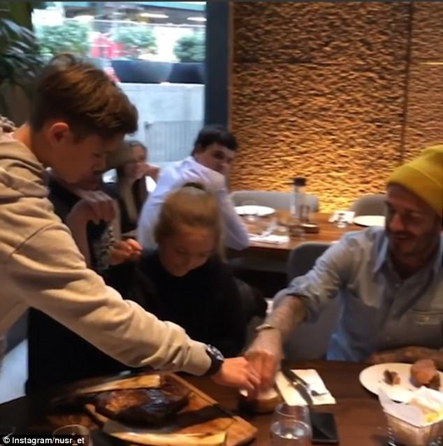 """Bật cười với màn """"rắc muối"""" bắt chước đầu bếp chuyên nghiệp của bố con David Beckham  - Ảnh 6."""
