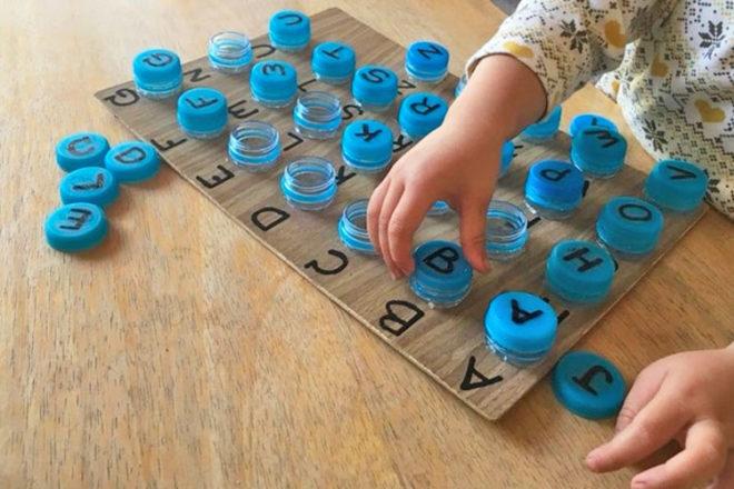 Tận dụng chai nhựa cũ làm trò chơi vừa vui, vừa giúp con học bảng chữ cái dễ dàng - Ảnh 2.