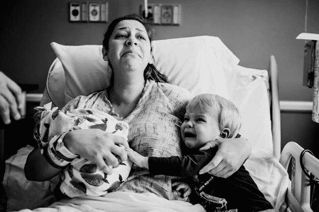Phản ứng dữ dội của cậu bé khi mẹ vừa sinh em khiến mọi người sửng sốt - Ảnh 1.