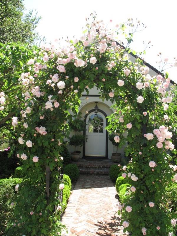 Những khu vườn trở nên lãng mạn và ngọt ngào nhờ cổng vòm rực rỡ sắc hoa - Ảnh 5.