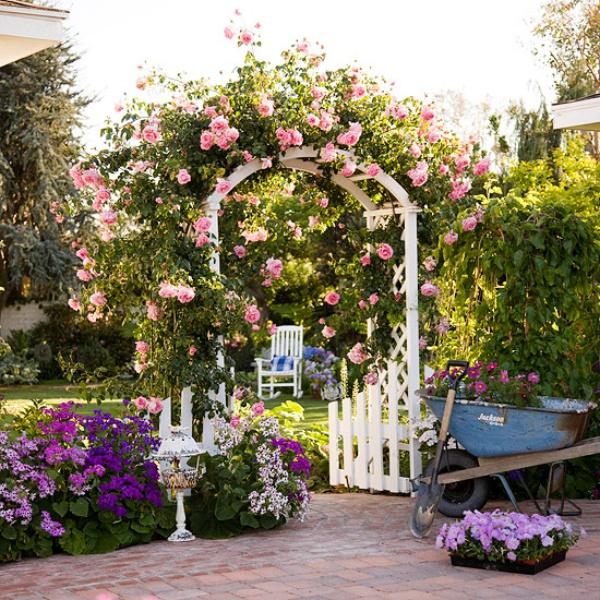 Những khu vườn trở nên lãng mạn và ngọt ngào nhờ cổng vòm rực rỡ sắc hoa - Ảnh 11.