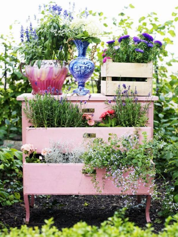 Tận dụng đồ bỏ đi trong nhà để trang trí khu vườn mùa hè thêm xanh mát - Ảnh 1.