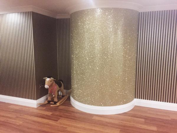 Bức tường với điểm nhấn tạo vẻ đẹp nghệ thuật cho không gian bằng sơn nhũ - Ảnh 2.