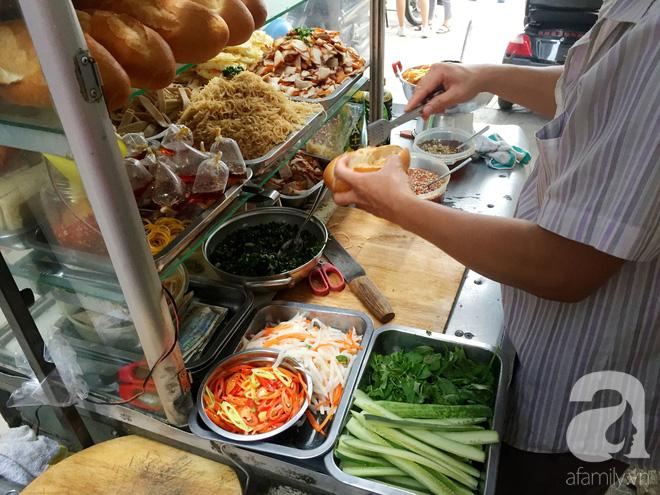 Xe bánh mì Tư Trầu ngon nức tiếng Sài Gòn: 60 năm vẫn bao ghiền bởi vị xíu mại độc quyền - ảnh 10