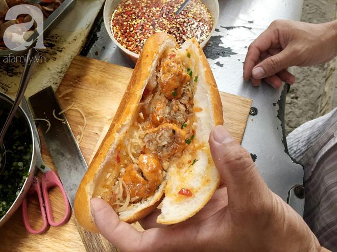 Xe bánh mì Tư Trầu ngon nức tiếng Sài Gòn: 60 năm vẫn bao ghiền bởi vị xíu mại độc quyền - ảnh 8
