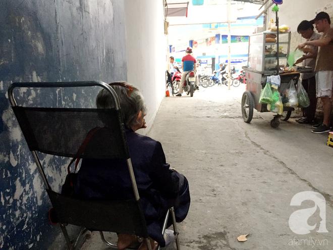 Xe bánh mì Tư Trầu ngon nức tiếng Sài Gòn: 60 năm vẫn bao ghiền bởi vị xíu mại độc quyền - ảnh 15