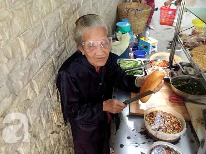 Xe bánh mì Tư Trầu ngon nức tiếng Sài Gòn: 60 năm vẫn bao ghiền bởi vị xíu mại độc quyền - ảnh 4
