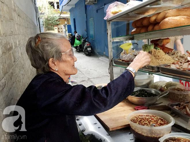 Xe bánh mì Tư Trầu ngon nức tiếng Sài Gòn: 60 năm vẫn bao ghiền bởi vị xíu mại độc quyền - ảnh 2