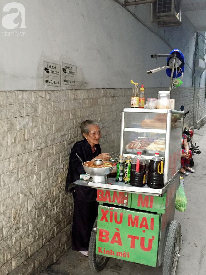 Xe bánh mì Tư Trầu ngon nức tiếng Sài Gòn: 60 năm vẫn bao ghiền bởi vị xíu mại độc quyền - ảnh 13