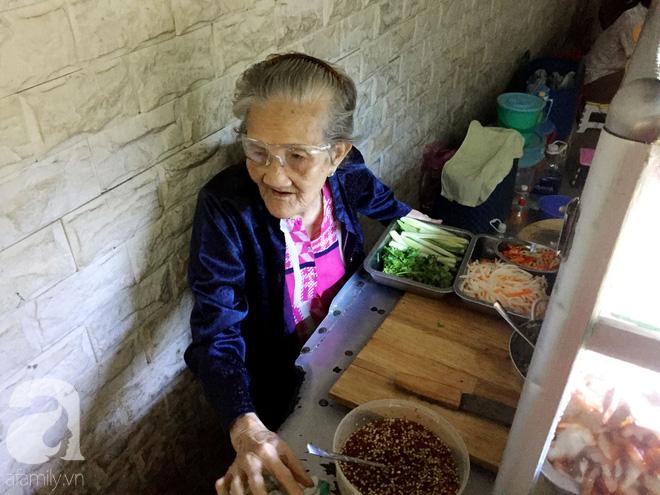 Xe bánh mì Tư Trầu ngon nức tiếng Sài Gòn: 60 năm vẫn bao ghiền bởi vị xíu mại độc quyền - ảnh 6