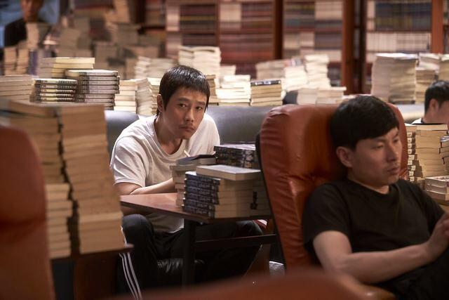 Lee Byung Hun sụp đổ hình tượng, chưa bao giờ khác đến thế trên màn ảnh! - Ảnh 3.